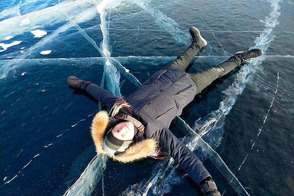 Лежа на льду Байкала